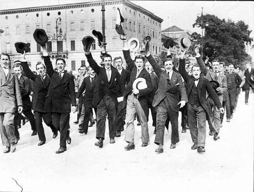 Jeunes-gens-enthousiastes-2-aout-1914.jpg