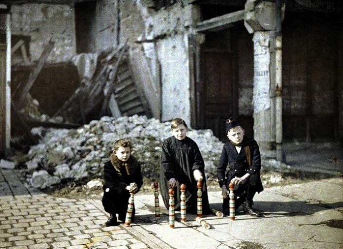 autochrome-1914-1918-enfant-jouant-durant-la-guerre-children-amidst-the-destruction.jpg