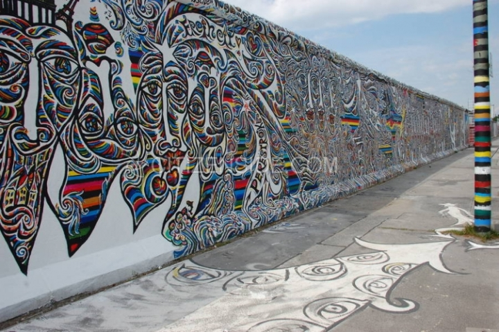 110317-berlin-fresque-sur-le-mur.jpg