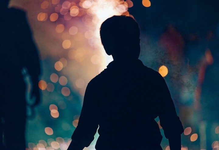 boy_silhouette_family_fun_child_night_fireworks_bonfire_family_outdoors-1223854.jpg!d